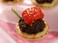 Blinis tapenade d'olives noires, tomate confite